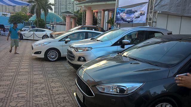 Ô tô cũ giảm trăm triệu, khách vẫn thờ ơ