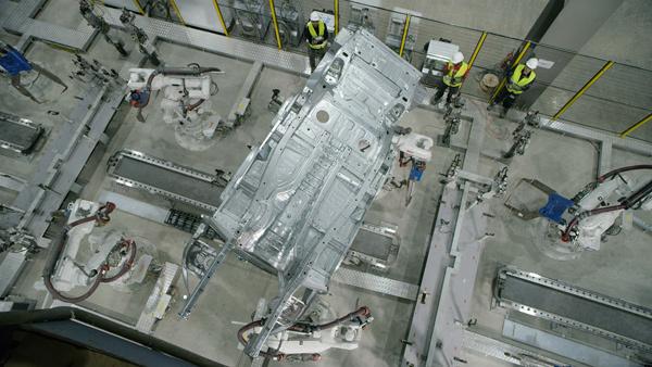 VinFast sản xuất xong thân vỏ xe SUV Lux đầu tiên