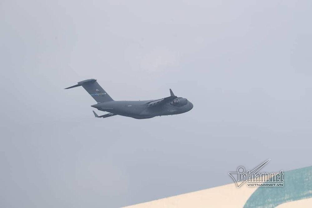 3 tiếng dỡ hàng từ 'ngựa thồ' của Tổng thống Mỹ ở sân bay Nội Bài