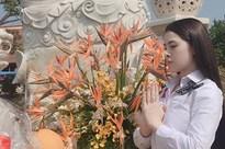 Thư Dung đăng ảnh đi chùa sau khi bị nhà chức trách công bố bán dâm