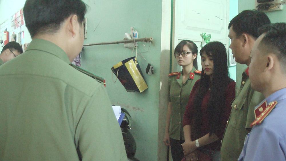 Cô gái đẹp làm giả giấy tờ, tráo người thi hộ cho sinh viên