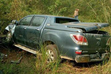 Xe bán tải 'bay' khỏi cao tốc Nội Bài - Lào Cai, 2 người bị thương nặng