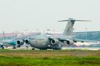 Máy bay siêu vận tải Mỹ liên tục cất, hạ cánh tại Nội Bài
