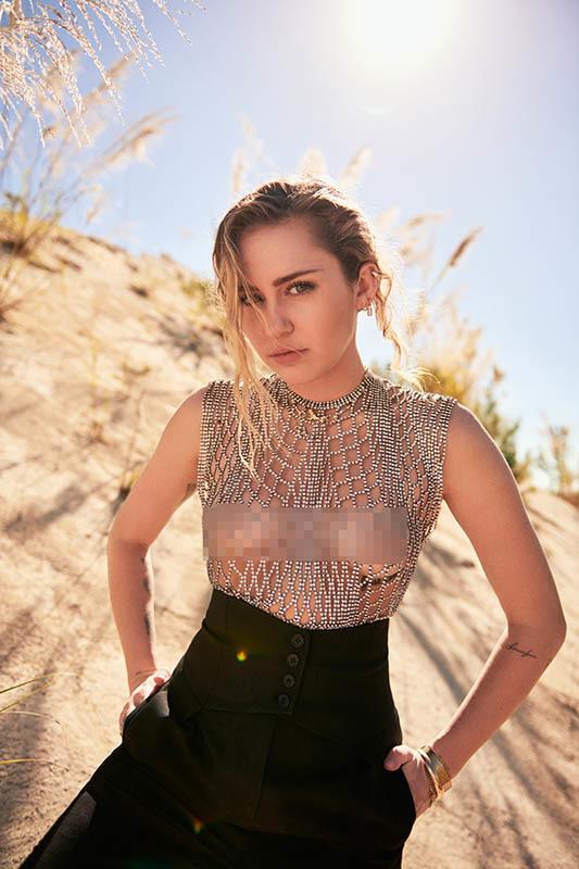 Sau kết hôn, Miley Cyrus khoe vòng một táo bạo trên tạp chí