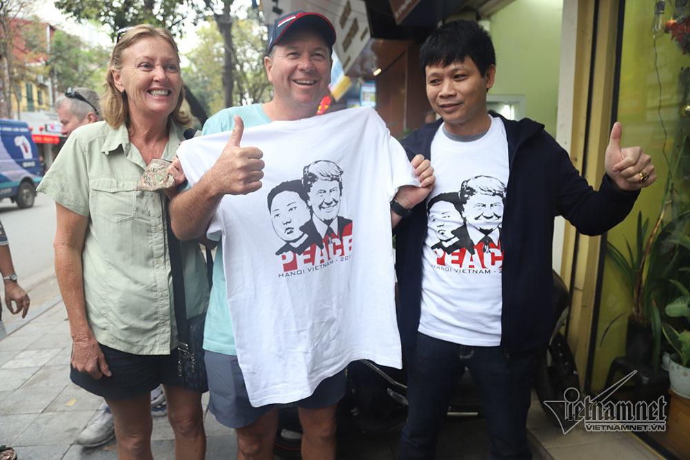In hình Trump-Kim lên áo phông: Ông chủ trên phố cổ thu tiền mỏi tay