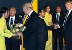 Cô gái tặng hoa Tổng thống Mỹ Donald Trump 2 năm trước giờ ra sao?