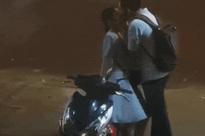 Nụ hôn tạm biệt vội vã của đôi bạn trẻ ở bến xe bus: Tình yêu hóa ra có thể dịu dàng tới vậy!