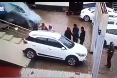 Nữ khách đạp nhầm chân ga đâm vỡ kính showroom ôtô