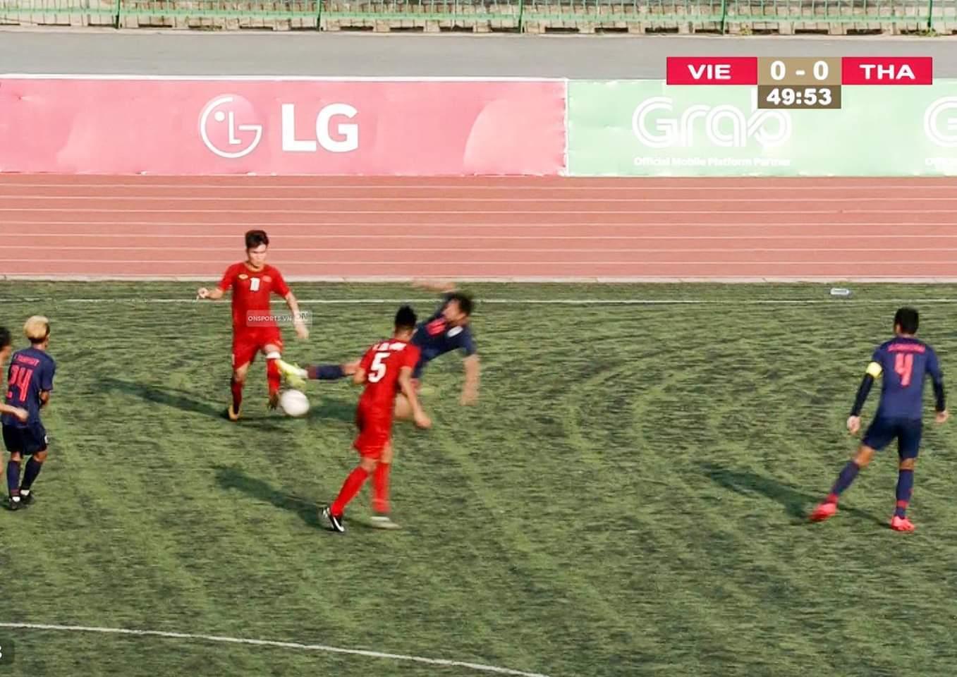 Cầu thủ U22 Thái Lan chơi xấu, đạp thẳng vào mặt Hữu Thắng