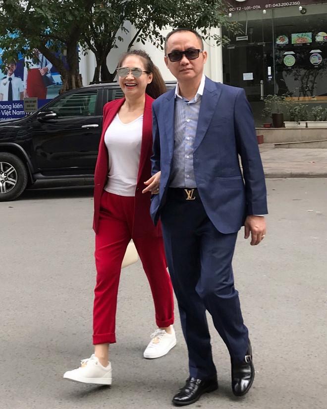 Mẹ hot girl Lào gốc Việt gây bất ngờ khi trẻ trung, ăn mặc sành điệu