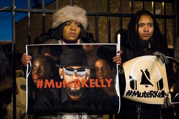 R. Kelly bị truy tố 10 tội về lạm dụng tình dục sau khi lộ 2 băng sex
