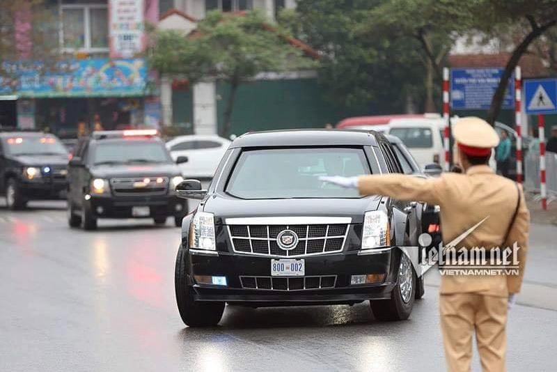 Xe 'quái thú' của Tổng thống Donald Trump lăn bánh trên đường Hà Nội