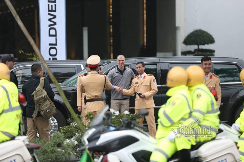 Mật vụ Mỹ tươi cười bên 'Quái thú' của Tổng thống Trump ở Hà Nội