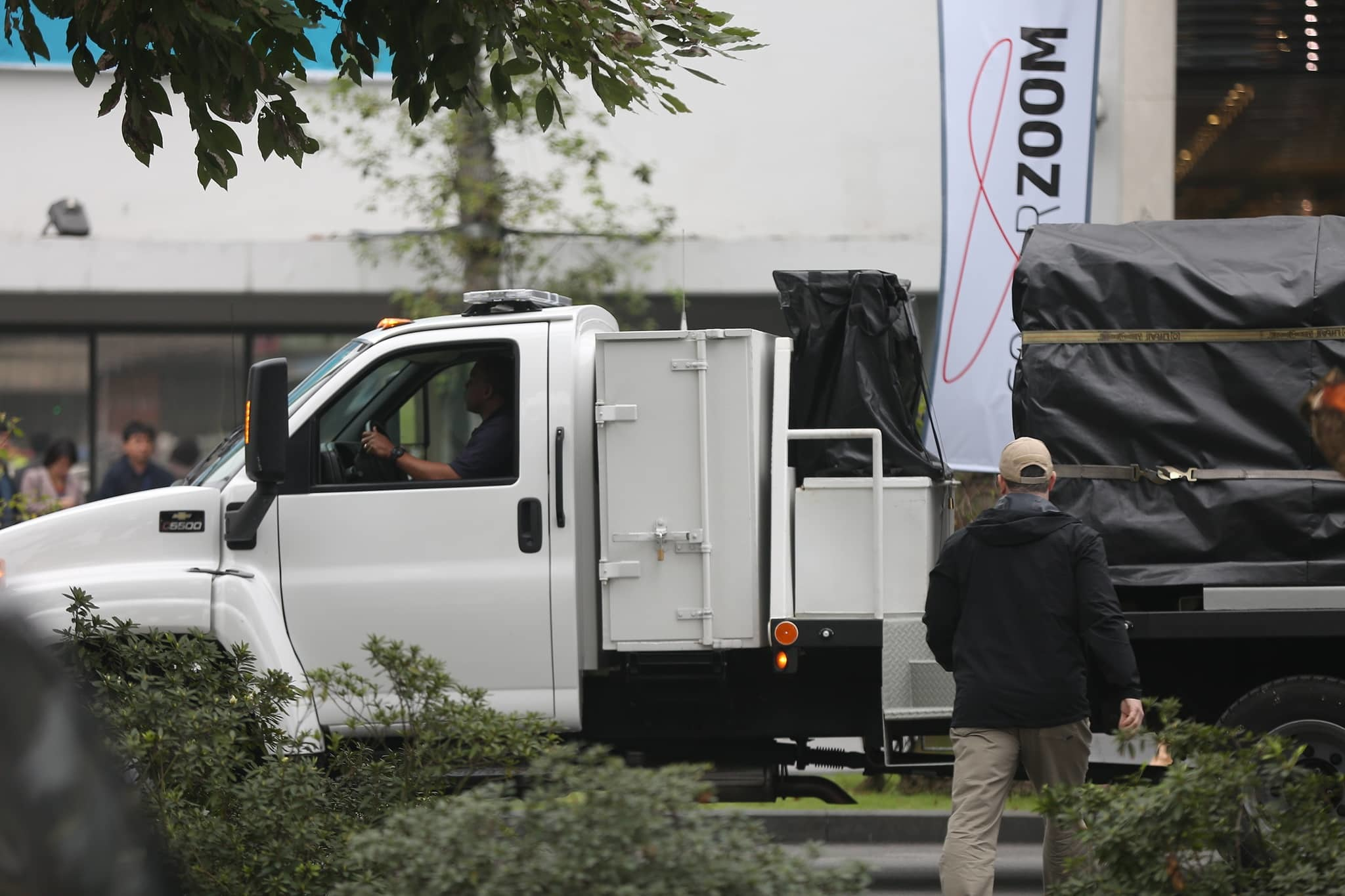 Đoàn xe chở thiết bị bảo vệ Tổng thống Mỹ Donald Trump đến Hà Nội