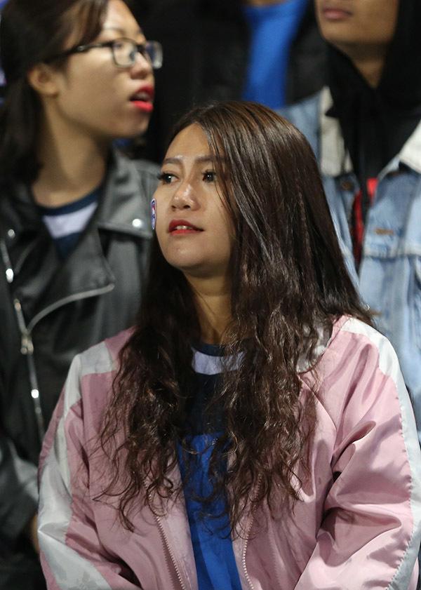 Fan nữ Quảng Ninh cực xinh 'đạo náo' Hàng Đẫy
