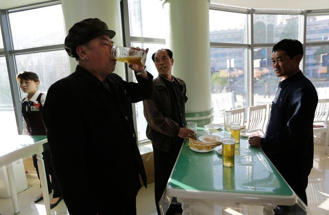 Bên trong quán bar kỳ lạ không ghế ngồi ở Triều Tiên