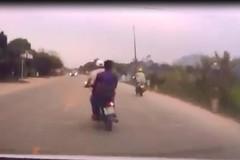 Thanh niên chạy xe máy đầu trần, lạng lách và cái giá phải trả
