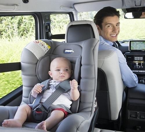 Không nên bế trẻ em lái xe