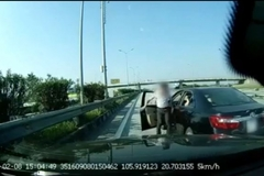 """Ô tô thản nhiên chặn đầu xe nhau giữa đường cao tốc để """"giải quyết mâu thuẫn"""""""