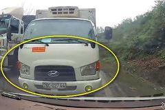 Xe tải suýt gây tai nạn vì vượt ẩu ở góc cua trên đường đèo