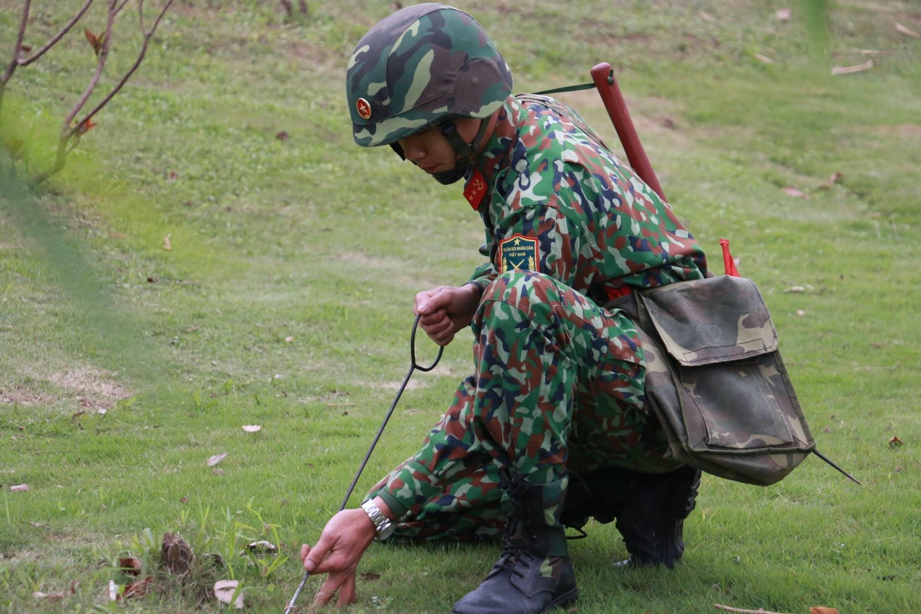 Công binh dò mìn gốc cây, mô đất quanh khách sạn từng đón Tổng thống Trump