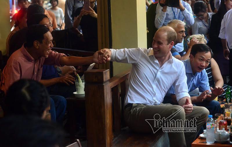Hoàng tử Anh bắt tay khách ngồi uống cà phê ở phố Thuốc Bắc