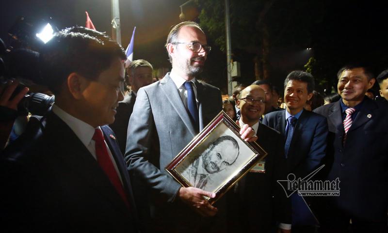 Thủ tướng Pháp được tặng tranh ký hoạ chân dung tại hồ Gươm