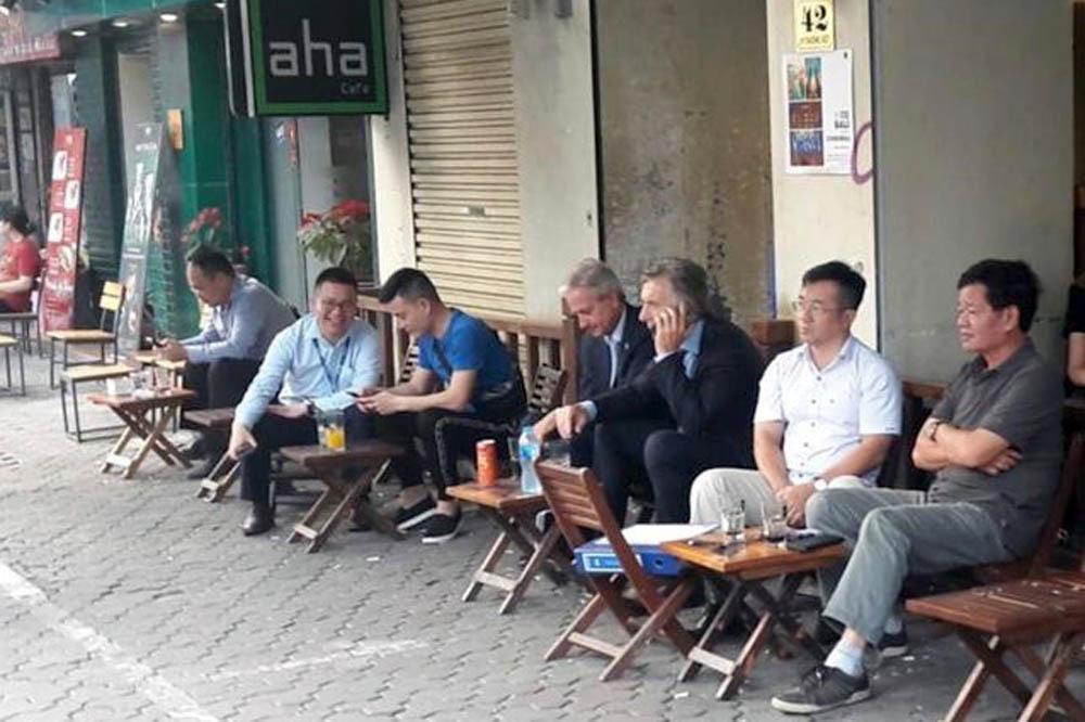 Tổng thống Argentina Mauricio Macriuống cà phê trên một con phố ở Hà Nội chiều 20/2
