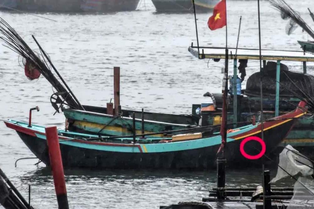 Hà Tĩnh: Sóng lớn hất văng 2 cha con mất tích trên biển