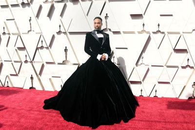 Không phải mỹ nhân, tài tử mặc váy mới là người gây bão thảm đỏ Oscar 2019