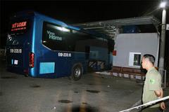 Phụ xe ôm vô lăng tông hàng loạt người trong nhà chờ, 1 người chết
