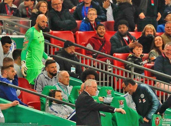 Chelsea cãi nhau om tỏi, HLV Sarri bị thủ môn Kepa đá 'bay ghế'