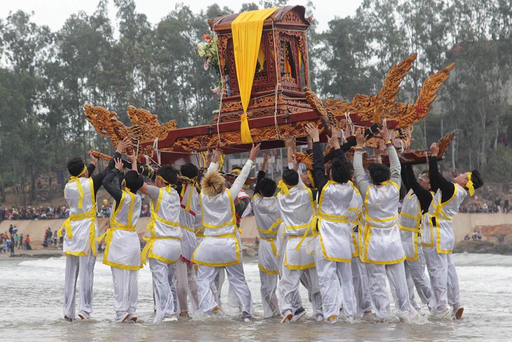 Thiếu nữ đồng trinh mang đao kiếm bảo vệ trai làng tung kiệu