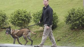 Mật vụ Mỹ điển trai dắt chó nghiệp vụ quanh nơi ở Tổng thống Trump