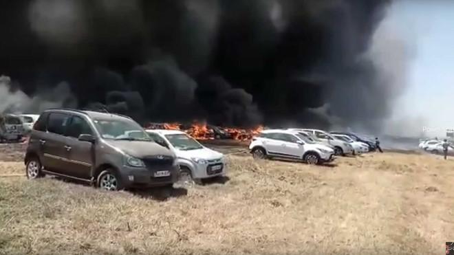 Cháy rụi 300 chiếc ô tô chỉ vì 1 lý do lãng nhách