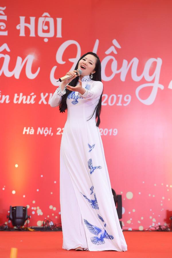 Ca sĩ Thuỳ Dung 'thắp lửa' Lễ hội Xuân hồng 2019