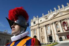Vệ sĩ của giáo hoàng sử dụng mũ giáp làm từ máy in 3D