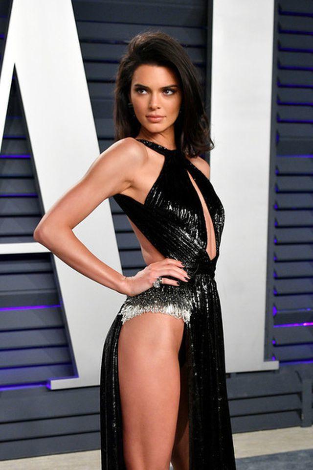 Kendall Jenner lại gây sốc khi mặc váy xẻ cao hết mức