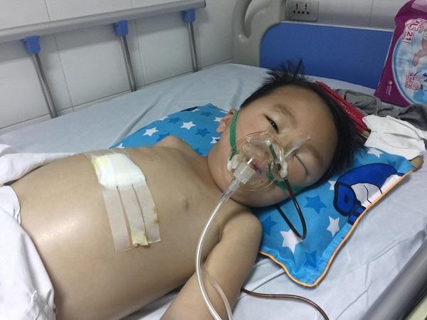 Thương bé trai người Mông bụng chướng to đau đớn