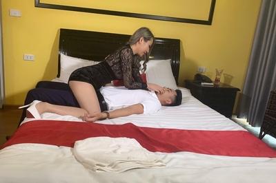"""Linh Miu tung ảnh thị phạm """"cảnh nóng"""", tiết lộ bí mật hậu trường phim"""
