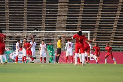 Bóng đá Việt Nam hết 'quân' giỏi, lại nhắc hợp đồng thầy Park