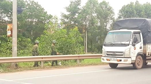CSGT Bắc Giang thức đêm dọn đường cùng công nhân trên quốc lộ 1A