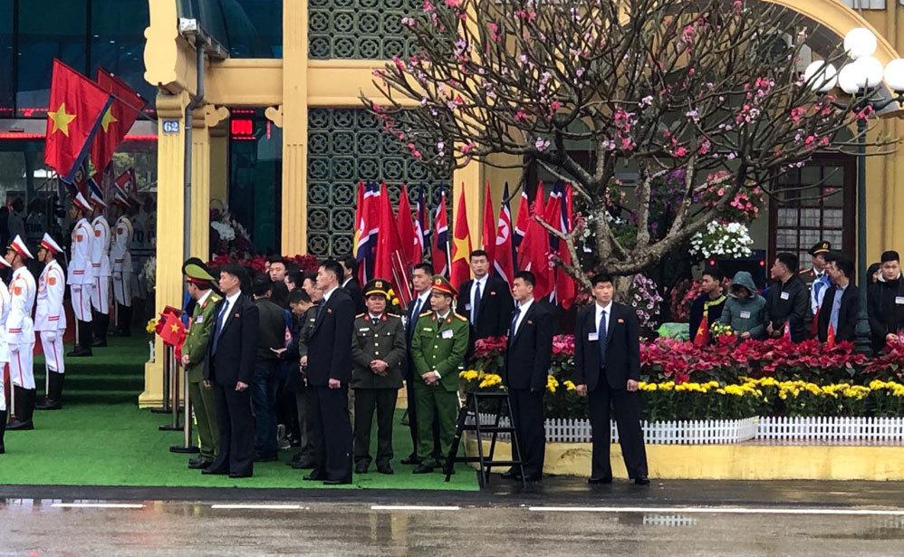 Hình ảnh đội vệ sĩ áo đen của ông Kim Jong-un tại ga Đồng Đăng