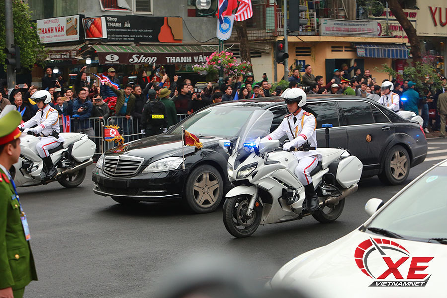 Soi Mercedes bọc thép của ông Kim Jong-un lăn bánh phố Hà Nội