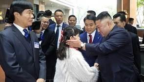 Ông Kim Jong-un cười rạng rỡ khi đến Hà Nội