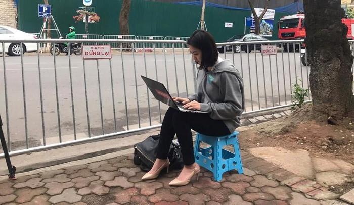 Nhan sắc gây chú ý của phóng viên quốc tế tác nghiệp tại Việt Nam