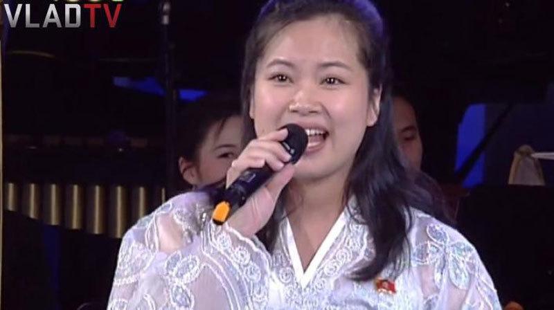 Vẻ đẹp nữ ca sĩ tháp tùng ông Kim Jong Un đến Hà Nội