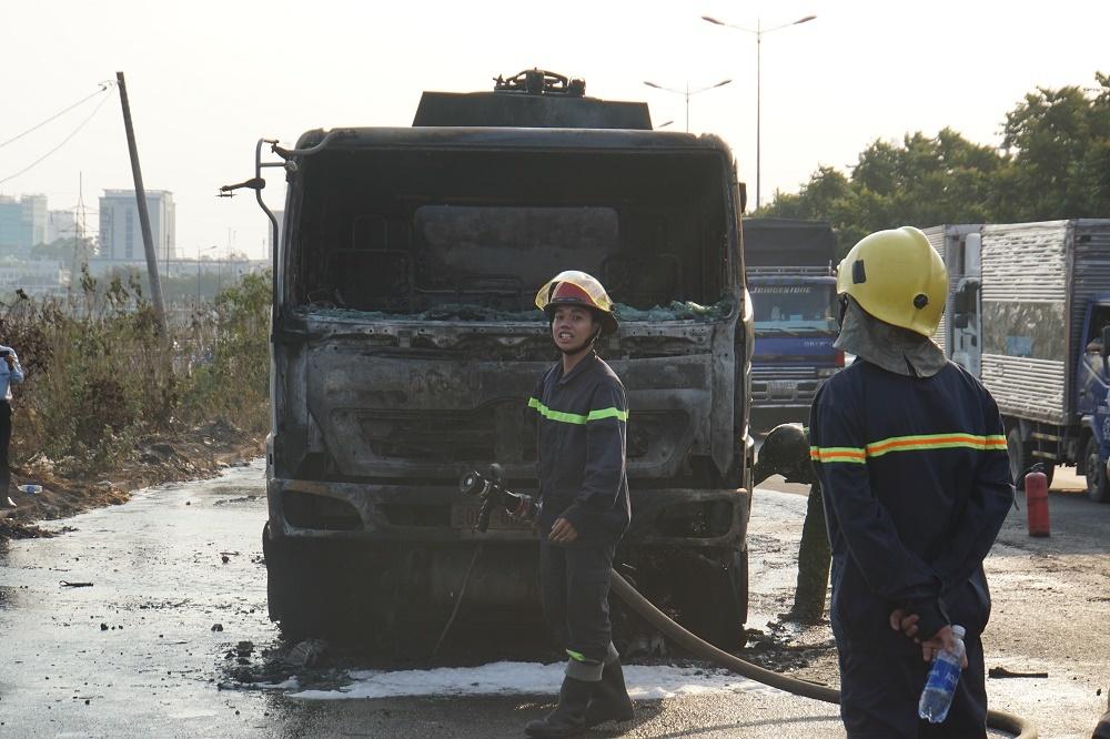 Xe bồn cháy dữ dội ở cửa ngõ Sài Gòn, giao thông tê liệt