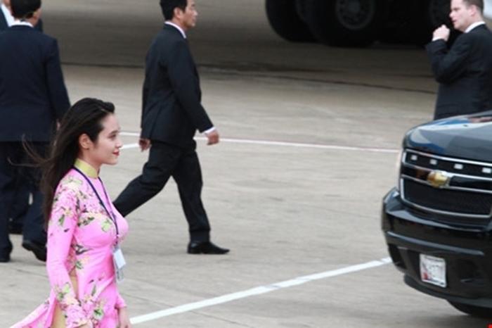 Bốn cô gái xinh đẹp từng tặng hoa khi Tổng thống Mỹ đến Việt Nam