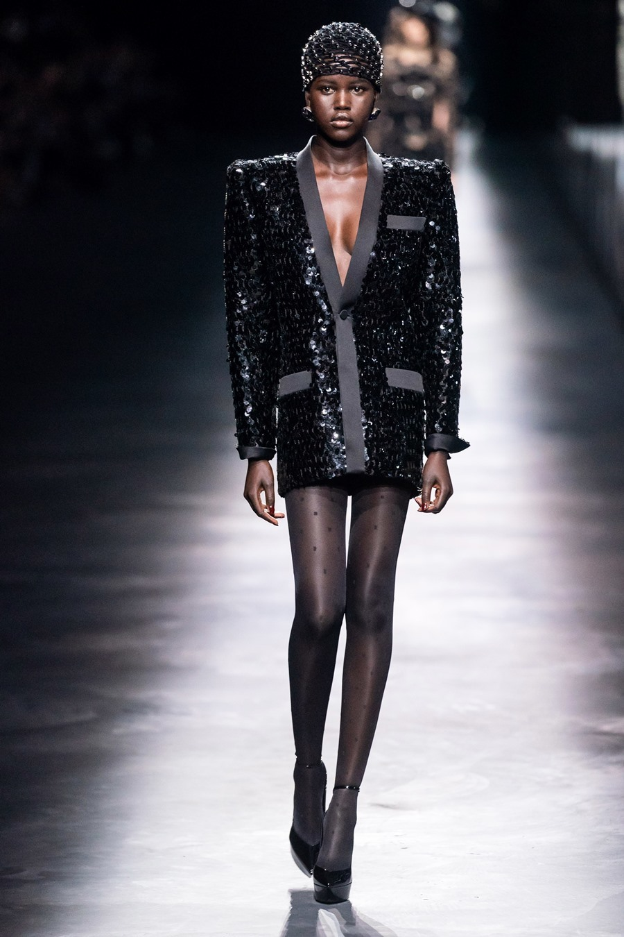 Người mẫu vô tư lộ ngực sải bước trên sàn diễn
